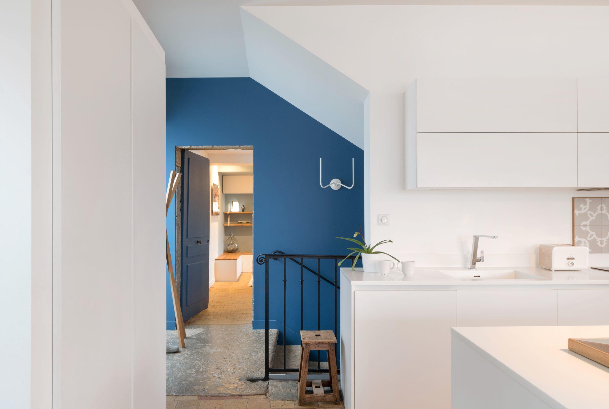 cuisine épurée mur bleu